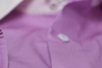 #1117: Baumwollhemd in Purple mit weißen Manschetten und weißem Kragen. Zusätzlich mit Garnfarbe im Ton des Stoffes
