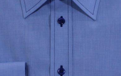 Blaues Hemd mit dunkler Knopfgarnfarbe