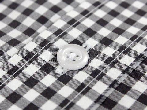 Weißer Hemdenknopf