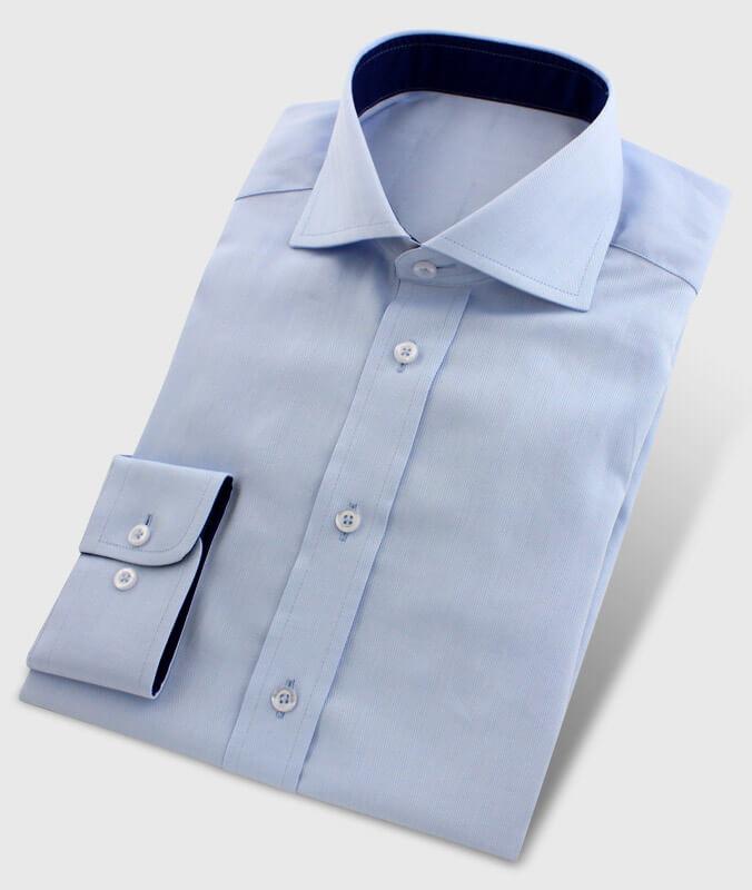 Hellblaues Businesshemd mit Kragen innen dunkelblau