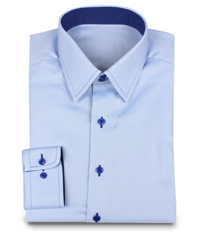 Hellblaues Hemd mit dunkelblauem Kontrastgarn und passenden Innenstoffen